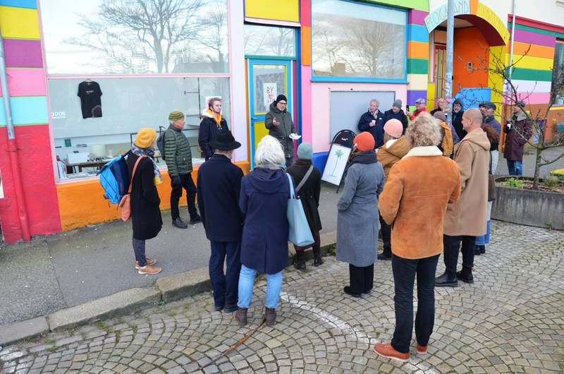 Kulturaktører arrangerte byvandring for å belyse de kvalitetene Nytorget allerede har i dag. Her ved Rogaland kunstsenter. Foto: Arne Birkemo