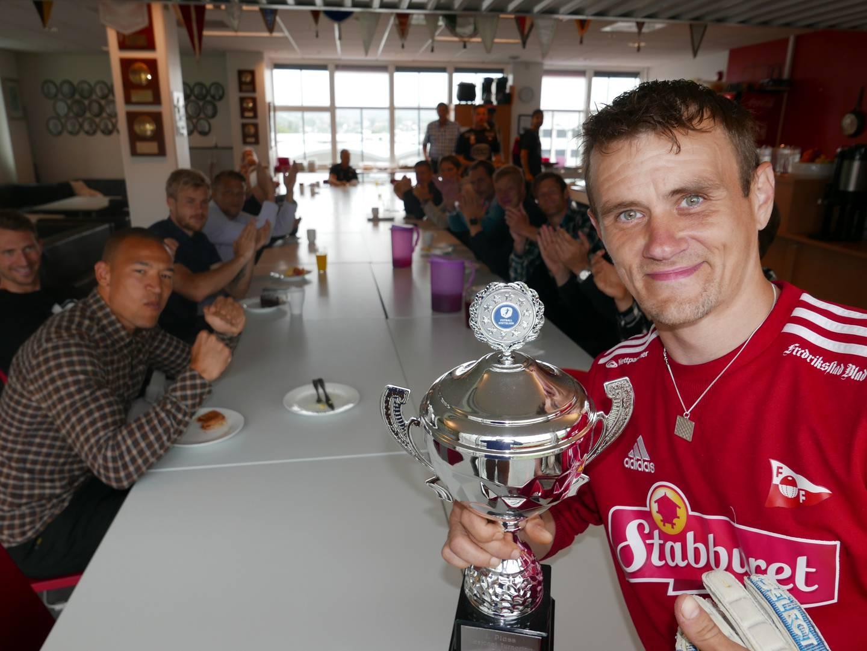 Raymond Myrholt og FFKs gatelag gikk helt til topps i NM og sikret seg vandrepokalen. Her får han applaus fra FFKs A-lagsspillere i FFK-kafeteriaen.