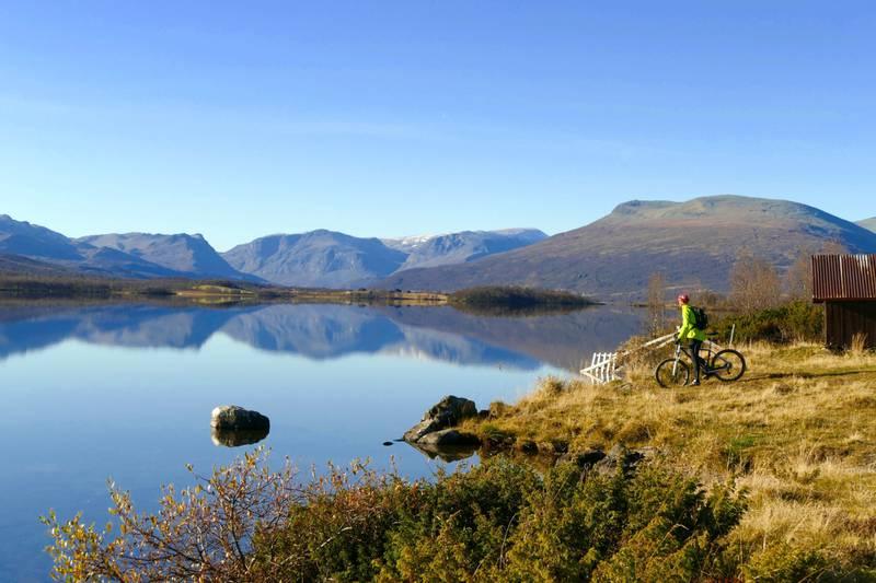 Blikkstille sykkellykke ved Storfjorden. Ta deg en forfriskende dukkert!