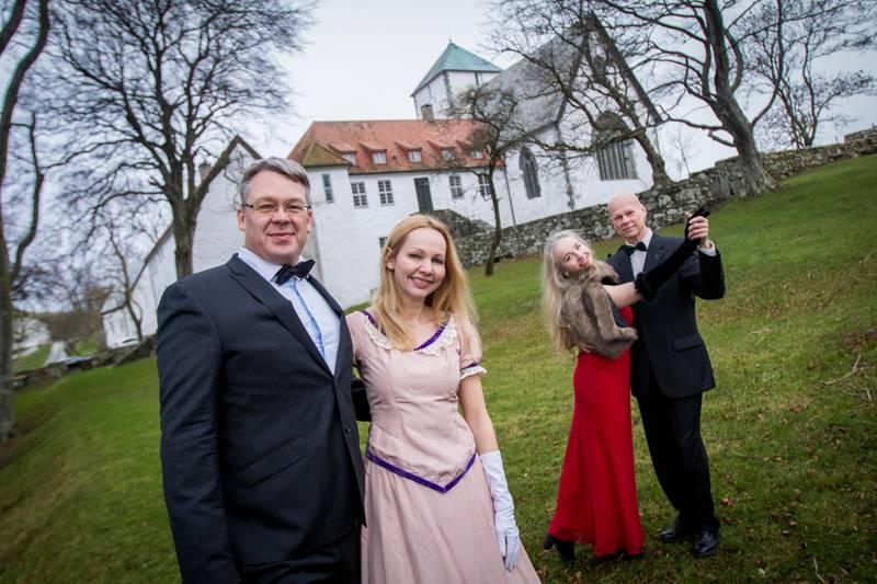 Hotelldirektør Tor Gunnar Solvang og Tove Galta fra Museum Stavanger (MUST) inviterer til ball på Utstein Kloster på lørdag. Bak danser Olga Zetterstrøm og Christian Hvam.