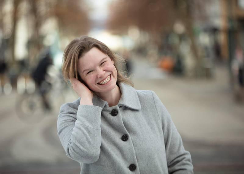 Kari Anne Moe skriver morsomt og sårt om dating og jobbjakt i debutboka «Eg et før eg kjem». Foto: Geir Mogen for Samlaget