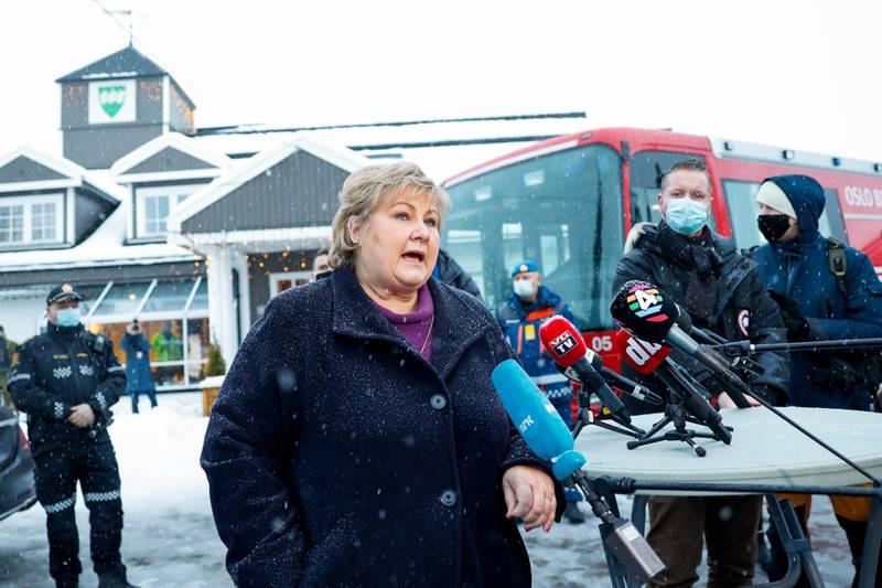 Oslo 20201230.  StatsministerErna Solberg besøker Ask i Gjerdrum etter at det har gått et større jord- og leirskred. Flere boliger er tatt av raset, over 100 skal være evakuert og flere er sendt til sykehus. Foto: Jil Yngland / NTB