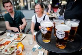 Vil kreve ordentlig lønn for å få servere alkohol: –  Hyrer inn folk for en slikk og ingenting