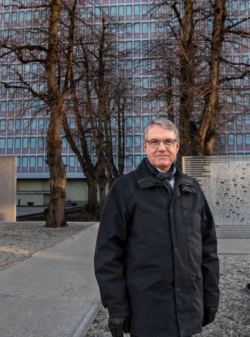 Pensjonist Tom Brunsell er tilbake foran Høyblokka. Der inne i 10. etasje jobbet  han i 13 år, helt fram til terrorangrepet 22. juli 2011.                                                                                  Foto: Mimsy Møller