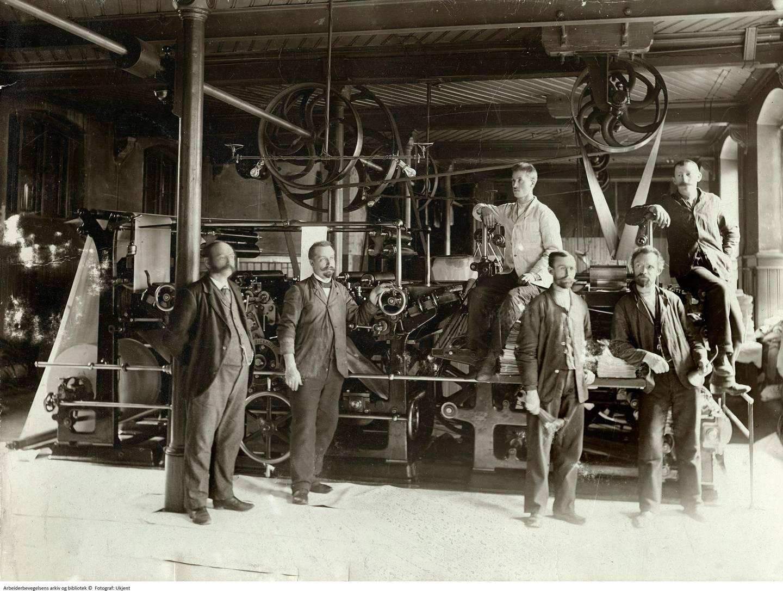 Aftenposten var første avis som anskaffa rotasjonspresse, i 1886. Det tok tre uker å montere maskina. Morgenbladets presse, som er avbilda her, var nummer t0, i 1888. Foto fra 1890-åra.