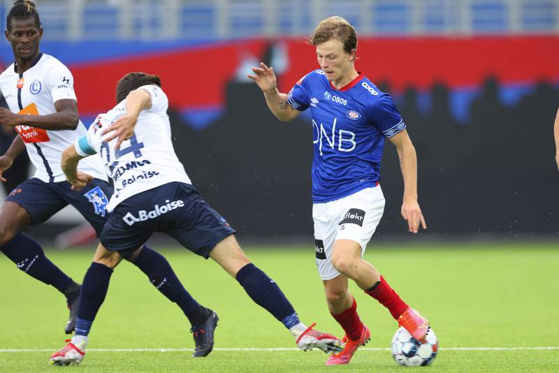 Odin Thiago Holm roses av VIF-trener Dag-Eilev Fagermo etter returkampen mot Gent. Foto: