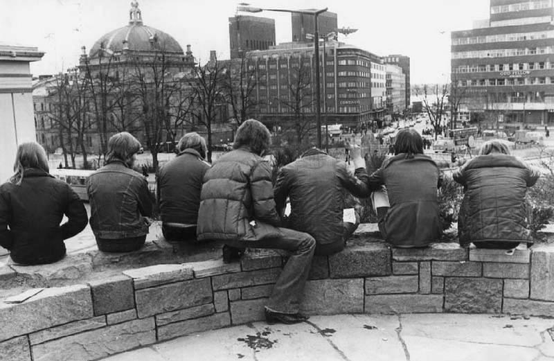 1978: Ungdom på Nisseberget, Slottsplassen i Oslo. – Vi røyker litt hasj, men ellers plager vi ingen, sier de.