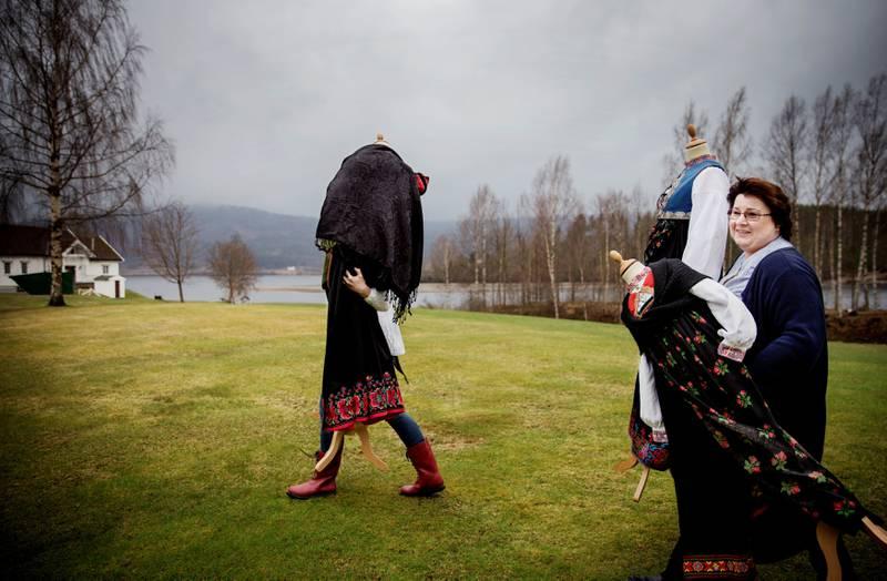 Ragnhild Bye (nærmest) og Marit Andersen hos Bunadstua jobber på spreng for å bli ferdige til 17. mai.