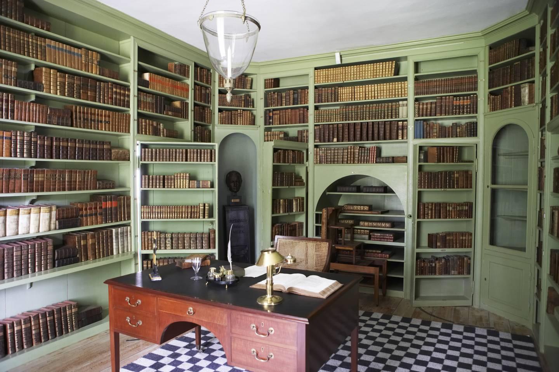 Plassbygd bokhylle i Eidsvollsbygningen, der Norges grunnlov ble skrevet og undertegnet 17. mai 1814.  Men neppe bøker kjøpt av en «bokkonsulent».