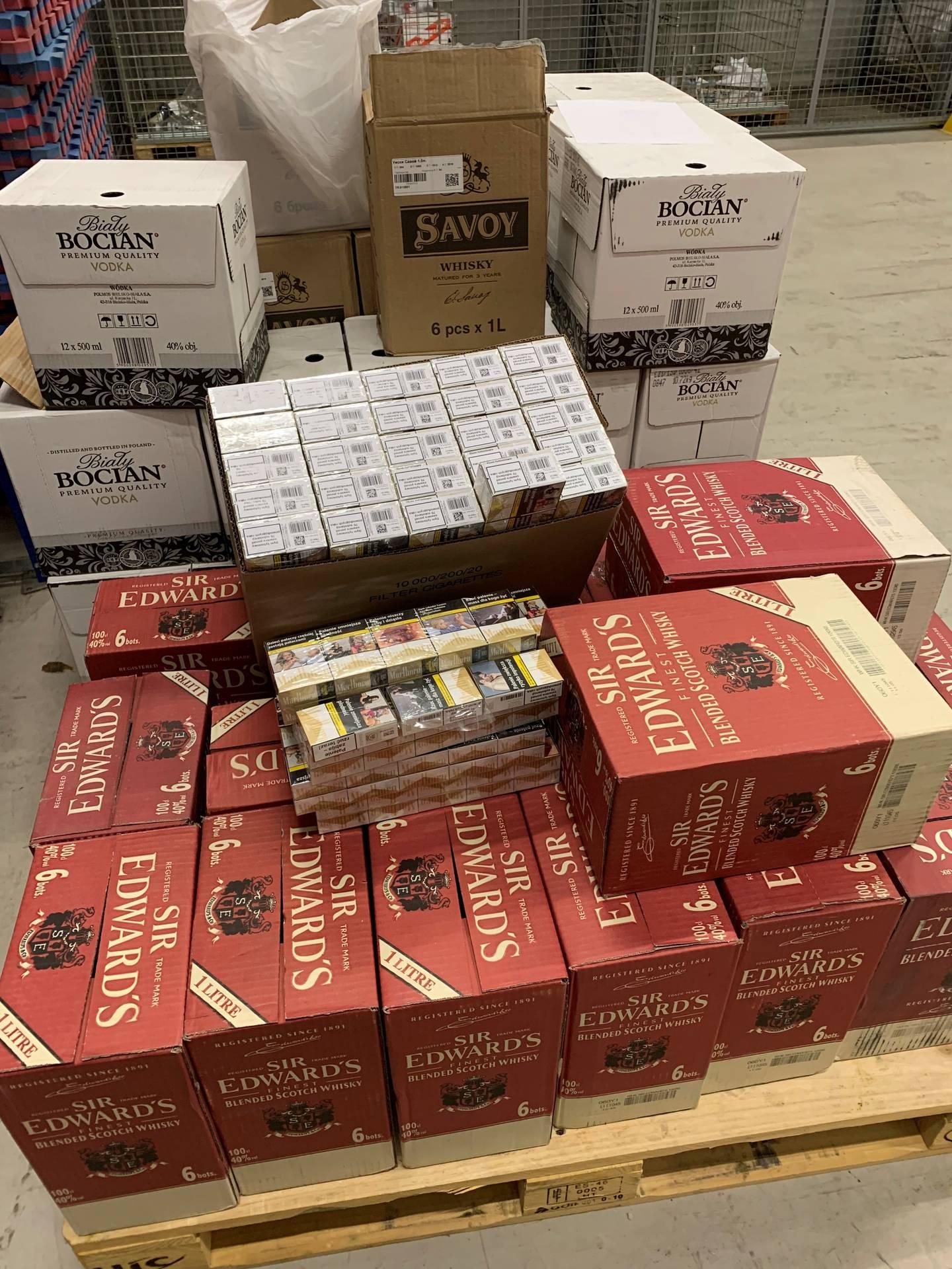Beslag av 328 liter brennevin og 6.580 sigaretter ved Svinesund tollsted 12. juni.