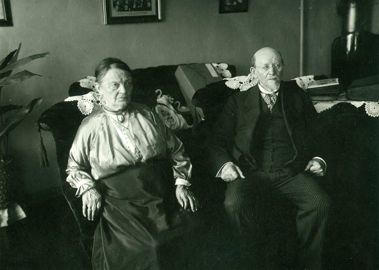 Christian Holtermann Knudsen (1845–1929) og kona Marie (1838–1923) satsa både jobben og sparepengene sine for å leie ei håndpresse og skrive, sette, trykke og distribuere avisa Vort Arbeide, som seinere i tur og orden skulle bli til Social-Demokraten, Arbeiderbladet og Dagsavisen. Foto fra cirka 1915–20.