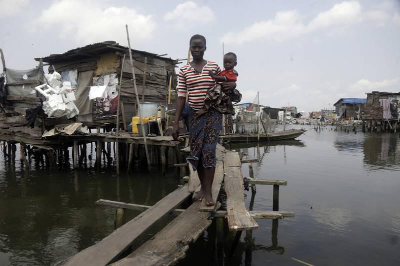 Innbyggere i slumområdet Oworonshoki i gigantbyen Lagos i Nigeria. Illustrasjonsbilde: Sunday Alamba / AP / NTB
