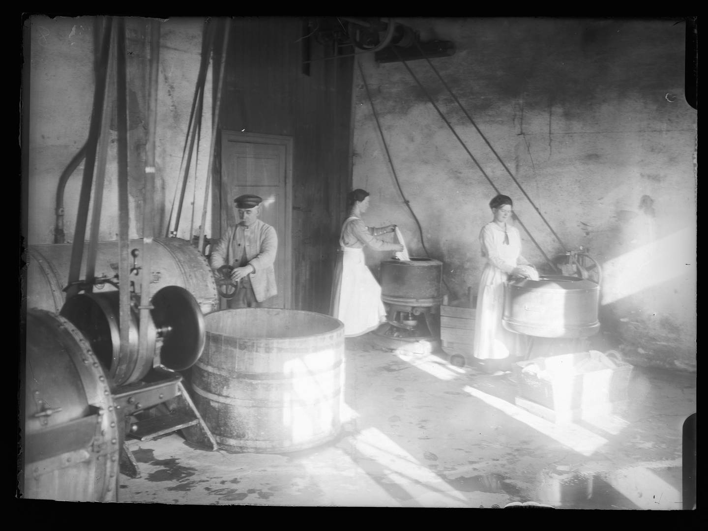 På Magdalenahjemmet på Lindern og Kvindehjemmet på Grini skulle de prostituertes sjel vaskes ren gjennom hardt arbeid i det moderne vaskeriet og strykeriet.  Foto fra Kvindehjemmet på Grini mellom 1900 og 1930.