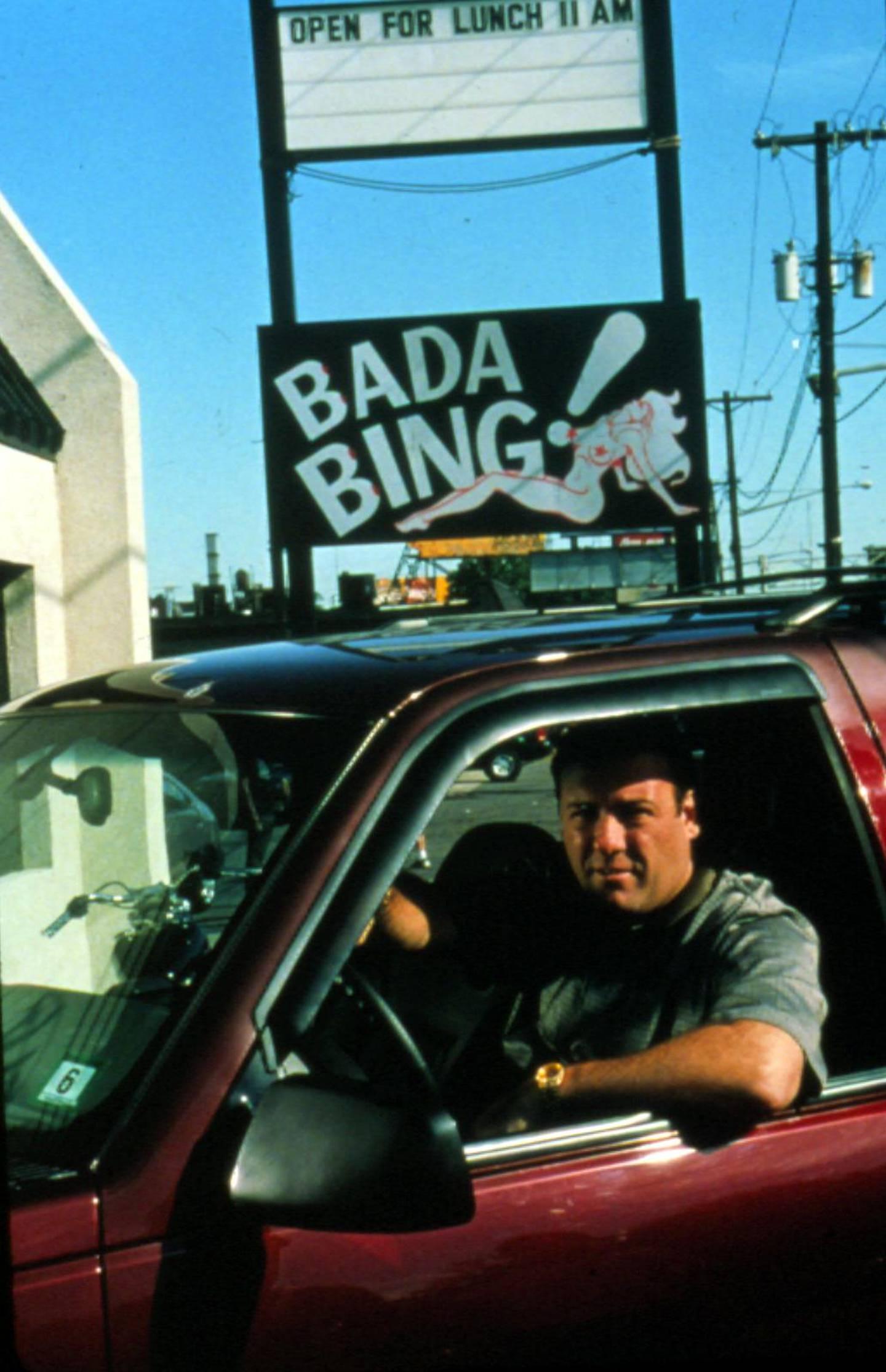 Tony Soprano (James Gandolfini) utenfor strippebula Bada Bing!, samlingsstedet for de innvidde.