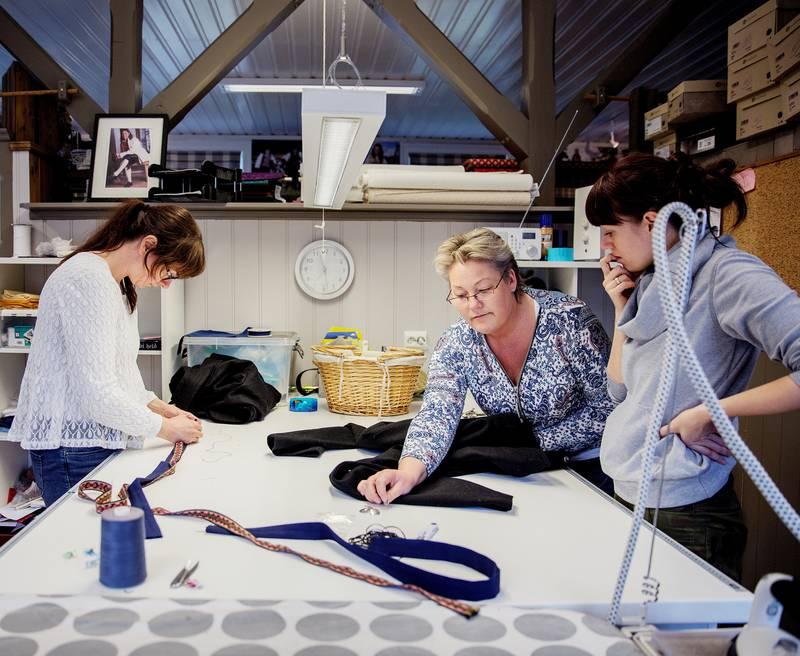 Marit Andersen, Mona Stensrud og Paula Egidius trives med å sy bunader selv om det i perioder er stort arbeidspress.