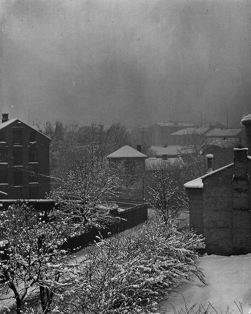 Her i midten skimter vi frøken Fougners barnehjem i St. Olavs gate 23, på hjørnet av Pilestredet. Bygget, som politikonstabel Redvald Larssen (1872-1951) senere beskrev som «Torturanstalten i Pilestredet», ble revet på slutten av 1800-tallet. FOTO: Fredrik Johannes Gottfried Klem/Oslobilder