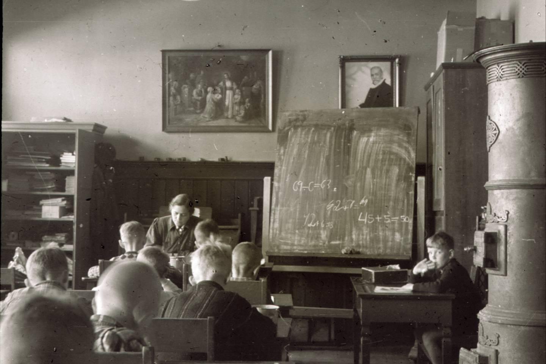 Elevene fra Sagene skole ble undervist i seksten lokaler. Bildet viser undervisning i provisoriske lokaler for Sagene-elevene ca. 1944.
