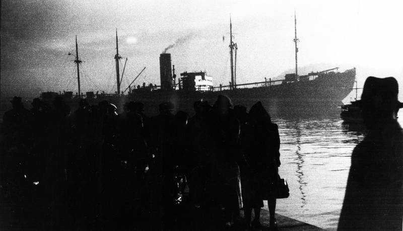 Norske jøder transporteres fra Oslo havn og Akershuskaia, Utstikker 1, med Donau 26. november 1942. Det ikoniske bildet av hendelsen viser tilskuerne som står og ser det tyske skipet legge ut fra kaia, med neste stopp Stettin i Polen.