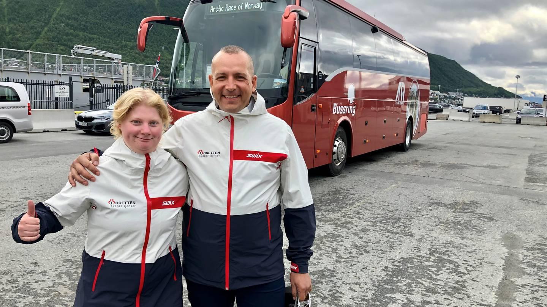 Lise-Marie Nygård Olsen og Tony Jensen foran lagbussen i Tromsø.