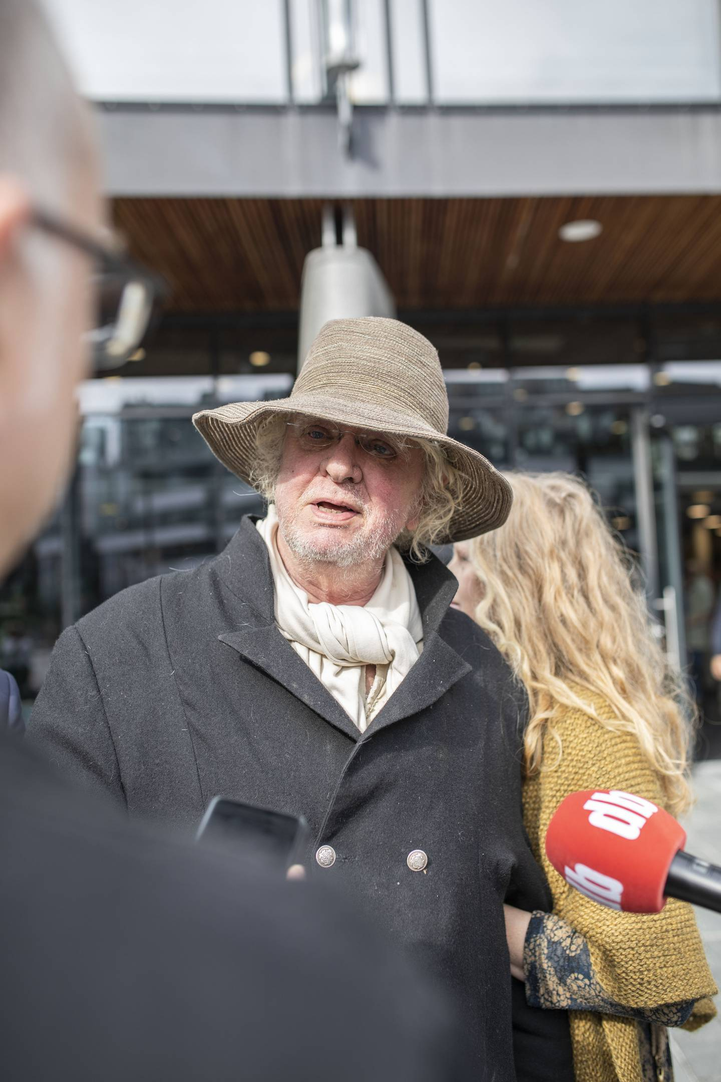 Odd Nerdrum taler med pressen, her representert ved Bernt Erik fra Dagsavisen:)