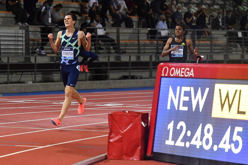 Jakob Ingebrigtsen er i mål på 12.48,45, den raskeste 5000 meter av noen europeer noensinne. Foto: