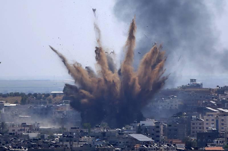 Et av de israelske bombeangrepene under krigen mellom Israel og Hamas. Bildet ble tatt 13. mai. Foto: Hatem Moussa / AP / NTB