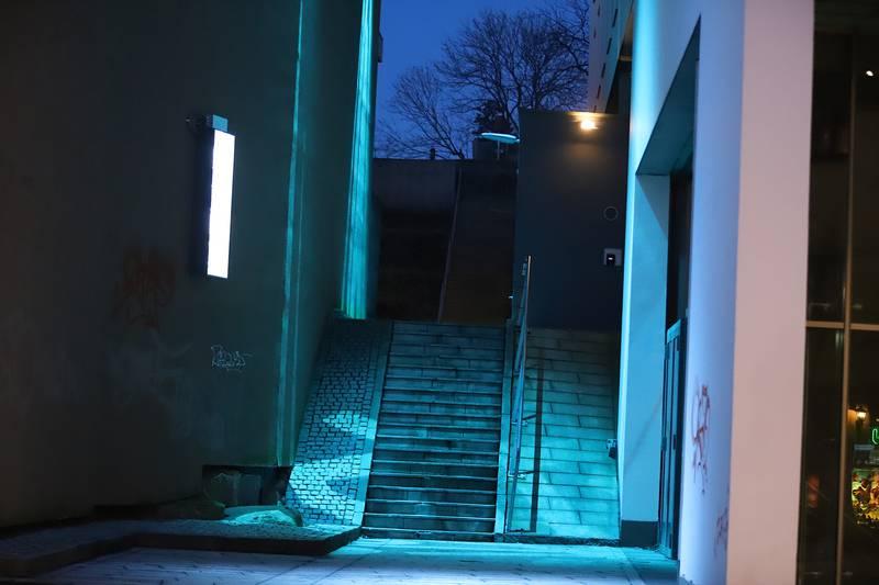 Det stadig skiftende kunstverket lyser opp smuget som går fra gågata i Fredrikstad opp i Lykkebergparken.