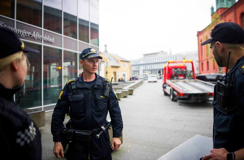 Sigve Kolstad, innsatsleder i Sør-Vest politidistrikt, i midten.