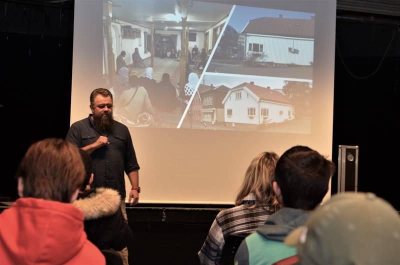 Tariq Alsagoff fra Dialogforum Østfold tok med elevene på en visuell reise til moskeen i Gunnar Nilsens gate – og menneskene som bruker den og deres tro.