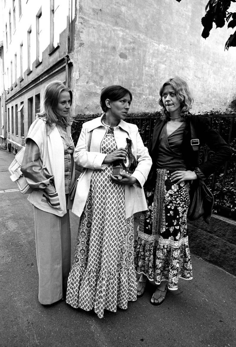 «Hustruer» handler om tre gifte kvinner som forlater mann og barn i tre døgn og går på rangel. (f.v.) Anne-Marie Ottersen, Katja Medbøe og Frøydis Armand. FOTO: NTB SCANPIX