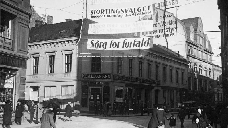 Gatebilde fra Oslo like før stortingsvalget i 1921. FOTO: Arbeiderbevegelsens arkiv og bibliotek