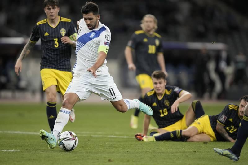Mens de svenske forsvarerne fortsatt lå svimeslått, kunne Anastasios Bakasetas sette inn 1-0-målet. Foto: Petros Giannakouris / AP / NTB