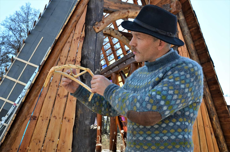 Tømmermannen Erik Alfred hadde selvfølgelig forberedt arbeidet med en liten modell.