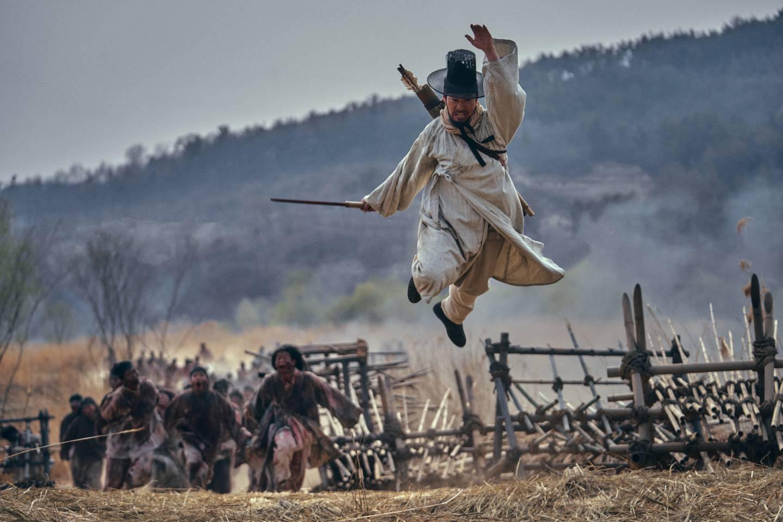 En kronprins i det koreanske riket som alt har nedkjempet to japanske invasjoner, må takle horder av udøde og korrupte ledere for å redde kongedømmet sitt.