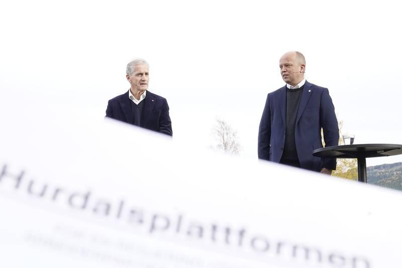 Hurdalsjøen 20211013.  Leder i Ap Jonas Gahr Støre og leder i Sp Trygve Slagsvold Vedum legger frem regjeringsplattformen ved  Hurdalsjøen hotell. Foto: Torstein Bøe / NTB