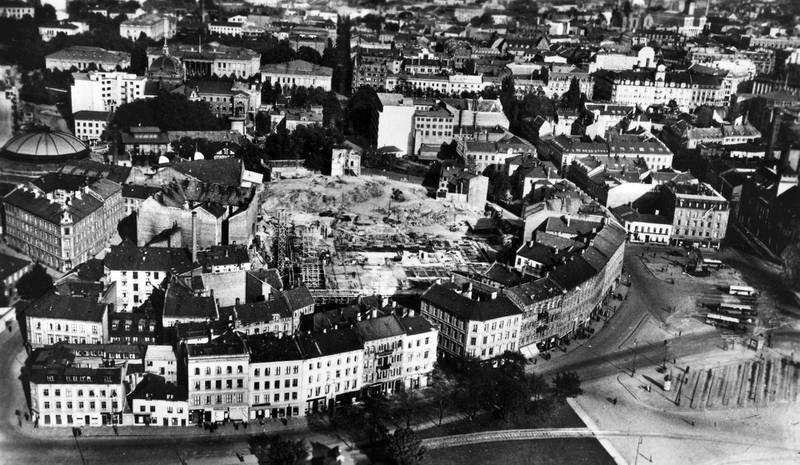 Husa som lå i veien for Rådhuset ble sanert først. Den «respektable» husrekka i Sjøgata, som skulle skjule de miserable rønnene i Vika, fikk stå til slutten av 1930-tallet. Da ble husa revet, med motsatt argumentasjon. Nå ville man åpne utsynet mot fjorden og bringe befolkninga i kontakt med havna. Cirkusbygningen i venstre bildekant. Bildet er tatt cirka 1925.