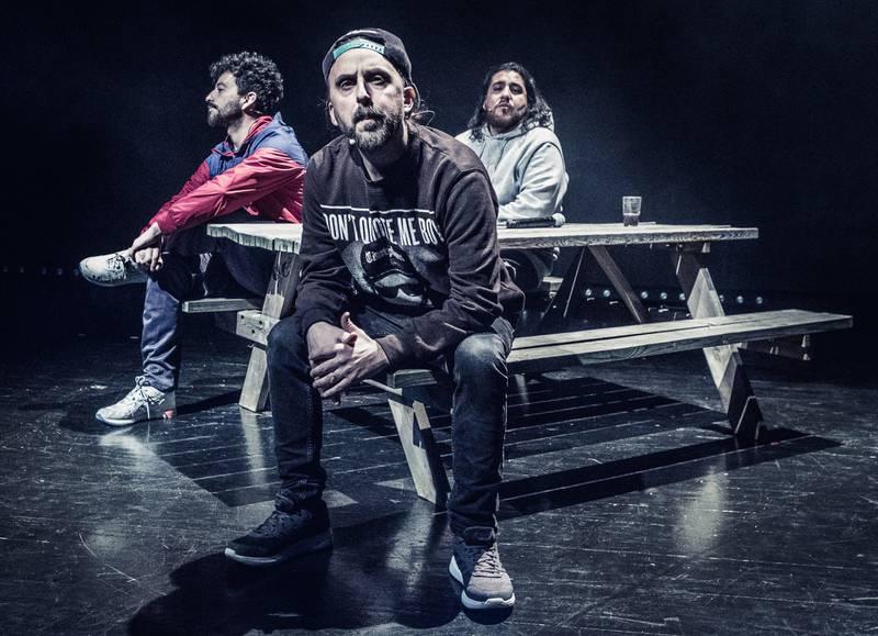 Det handler om å gå videre når alt er tomt. Fela   (til venstre), Don Martin og Castro gir oss historien om det nyere Oslo og hip hop-kulturen på Det Norske Teatret. BEGGE FOTO: DAG JENSSEN/DET NORSKE TEATRET
