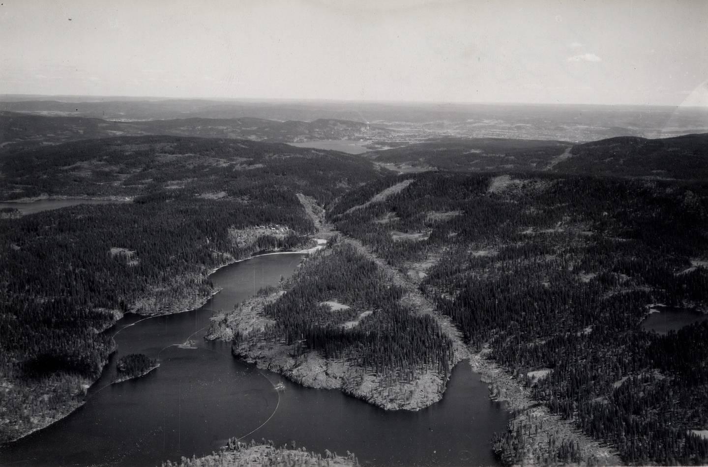 Her vandret Asbjørnsen i marka. Flyfoto av Bjørnsjøen mot Maridalen 1949.