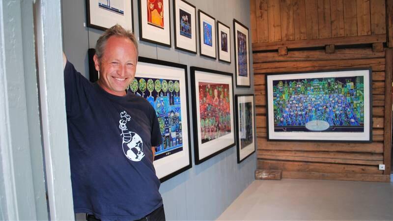 Kunstner Lars Ole Klavestad foran utstillingen «Livet mellom husene», som vises i hans eget galleri i Gamlebyen fra 10. til 26. september.