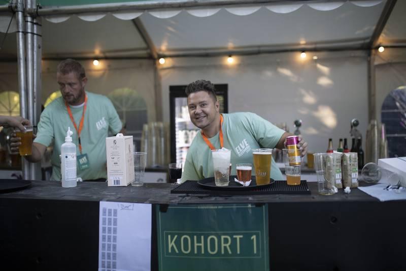 Bak baren til kohort 1 står Chris Weberg-Haugen. Han skjenker opp øl, vil, brus, vann, til publikum.