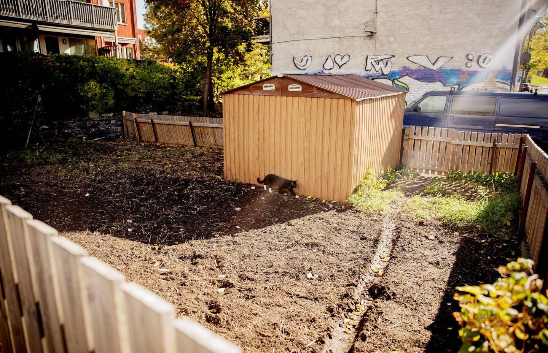 Det ble gitt dispensasjon fra reguleringsbestemmelsene på tomta, og eier Hans Martin Skoglund skulle opprette park for å unngå et «sår» i gata.