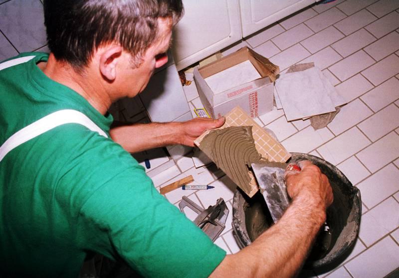 Oslo 20020425. Flislegging av baderom. Polsk arbeider ( fra Polen )  legger fliser på badet. Utenlandsk arbeider jobber i Norge. Foto: Berit Keilen / NTB