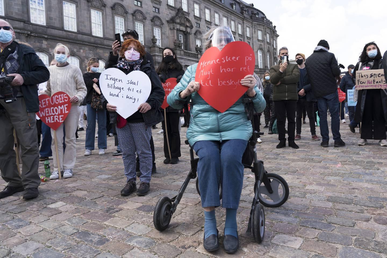 Folk samles i København den 21. april i år for å demonstrere mot Danmarks innstramming i innvandringspolitikken generelt, og mot beslutningen om å sende syrere som har oppholdstillatelse i Danmark tilbake til Damascus-området i Syra, spesielt.