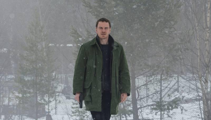 Michael Fassbender som Harry Hole i «Snømannen».