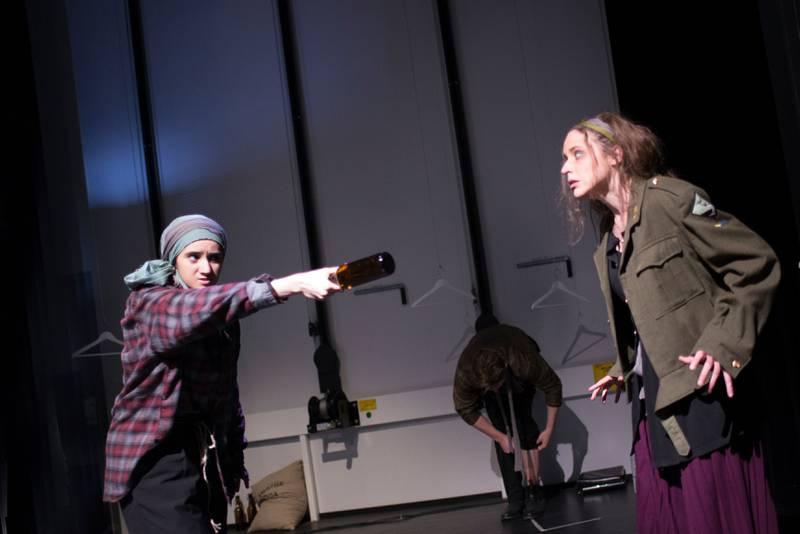 Dramaseksjonen ved Universitetet i Stavanger (UiS) er et av mange steder som støttet aksjonen «Mye på spill» for å vise hva dramaundervisning handler om.