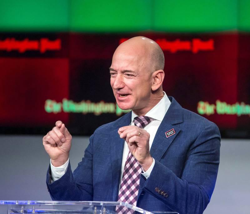 Jeff Bezos har lenge knivet med Bill Gates om å være verdens rikeste mann, men ifølge Bloombergs milliardærindeks er han nå på toppen av denne eksklusive listen.