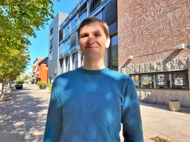 Tommy Sørensen (29) i blå genser, utenfor valglokalet i Fredrikstad sentrum 13 september 2021