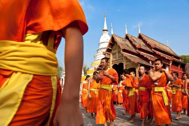 Før du drar, bør du sette deg litt inn i kulturen i «Smilets land».  95 prosent av befolkningen bekjenner seg til buddhismen. Her markerer buddhistmunker Wan Makha Bucha-festivalen i februar.
