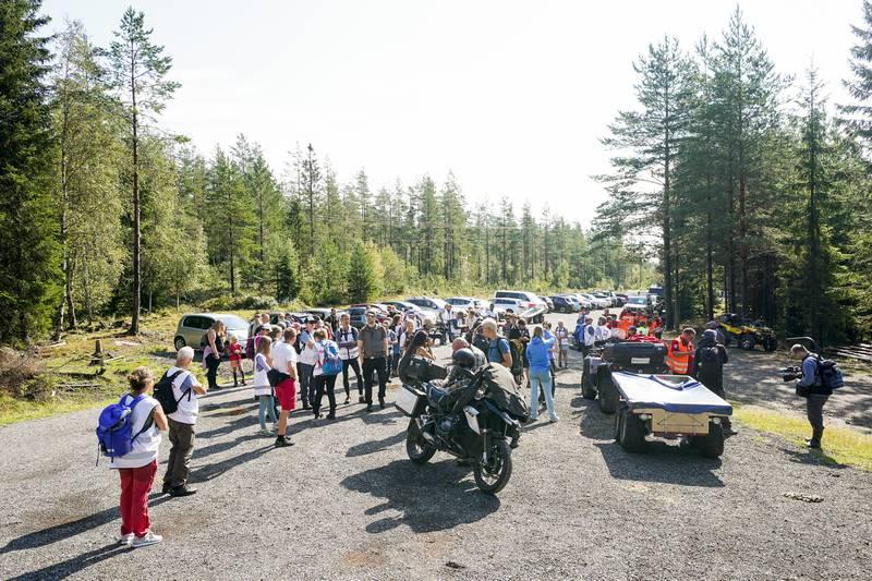 Mange møtte fredag opp for å lete etter meteoritten. Foto: Torstein Bøe / NTB