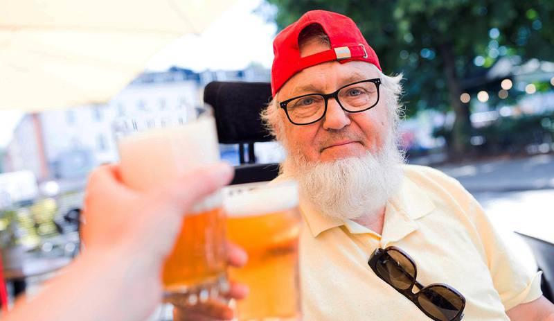 Fikk øl, med litt hjelp: Det går an å drikke ute, men bare inntil du må på do. Dessuten er det, som vi erfarte, ikke alltid man får tak i en servitør fra bakkeplan.